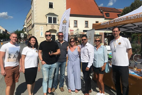 Členovia členských realitných kancelárii Narks z Trnavy.