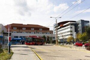 Zľava pôvodná budova Národného ústavu srdcových a cievnych chorôb (NÚSCH) a nová budova pavilónu Diagnostického centra v NÚSCH v Bratislave.