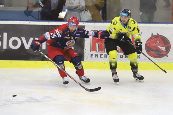 Na Liptvo sa do konca roka sťahuje obranca Michal Roman (vľavo).