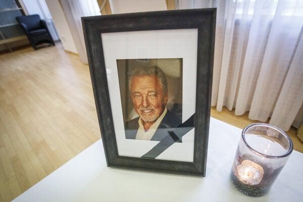 Fotografia Karla Gotta pri kondolenčnej knihe v priestoroch Veľvyslanectva Českej republiky v SR.