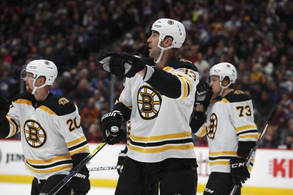 Zdeno Chára (uprostred), Joakim Nordstrom (vľavo)a Charlie McAvoy v zápase NHL 2019/2020 Colorado Avalanche - Boston Bruins.