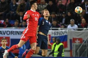 Kieffer Moore a Norbert Gyömbér v zápase 7. kola skupiny E kvalifikácie EURO 2020 Slovensko - Wales.