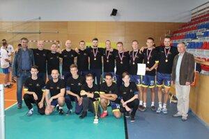 Majstrovský tím KAC Košice s trofejou.