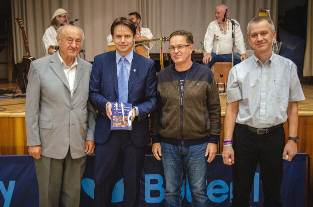 Krstní otcovia novej publikácie o stolnom tenise v  Majcichove, zľava: Konštantín Mercel, autor Tibor Kollár, Miroslav Kalivoda a Róbert Kollár st.