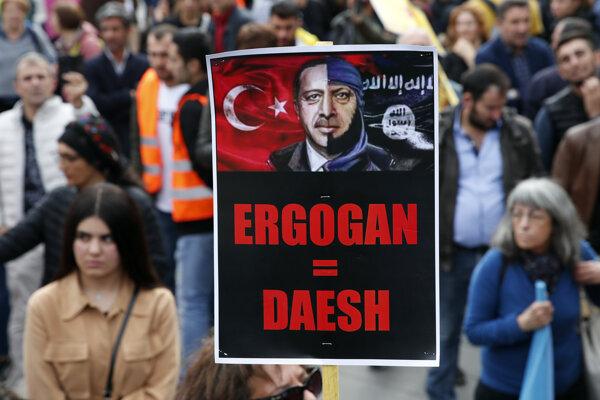 Proti tureckej ofenzíve sa v sobotu konali protesty aj vo viacerých európskych mestách.