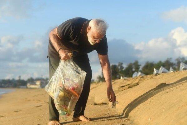 Naréndra Módí zbiera odpadky.