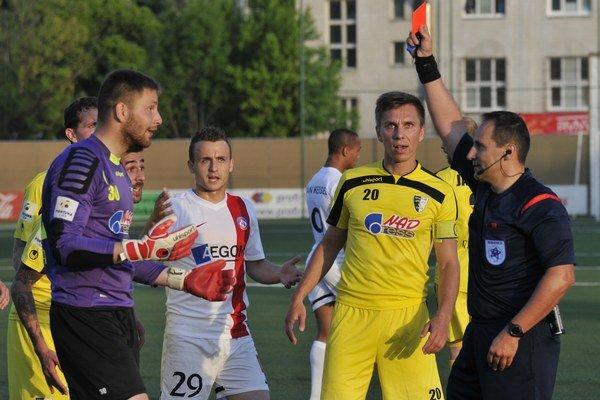 Červenú kartu dostal gólman Lukáš Urminský.