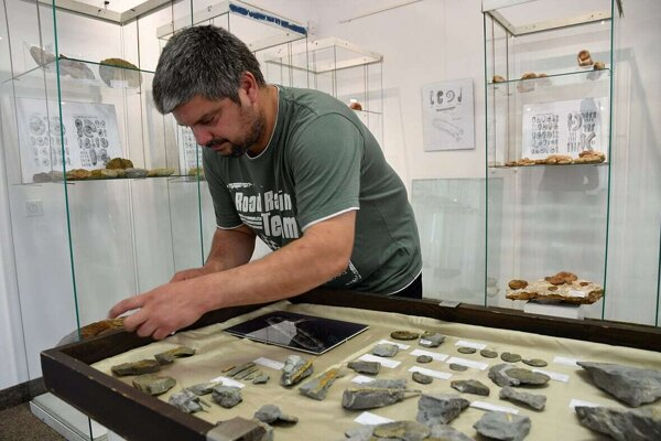 Historik a zberateľ fosílií Tomáš Mlynský a jeho zbierka.