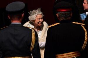 Kráľovná Alžbeta II. slávnostne otvorila novú schôdzu zákonodarného zboru.