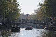Amsterdamské kanály lákajú turistov.