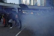 Ľudia si zakrývajú tvár pri zásahu polície slzotvorným plynom na demonštrantov.