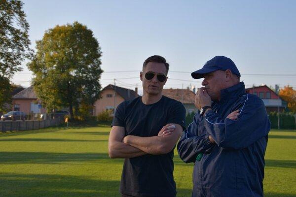 Na prvom tréningu po zmenách. Vľavo nový športový riaditeľ Pohronia Miroslav Filipko, vpravo tréner Mikuláš Radványi, ktorý sa čerstvo ujal funkcie.
