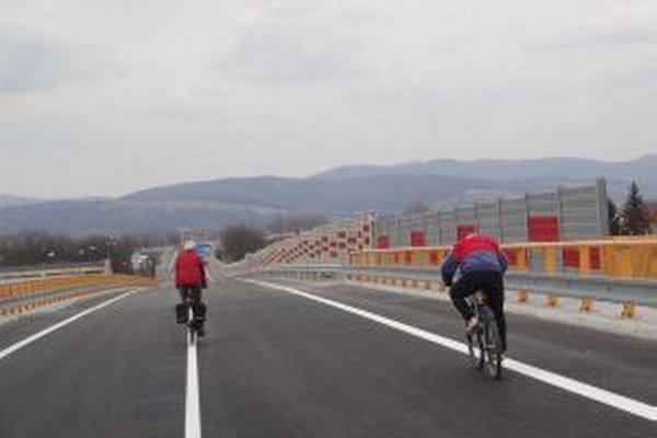 Most poskytuje priestor aj pre cyklistov.