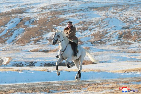 Kim Čong-un jazdí na bielom koni  k posvätnej hore Pektu.