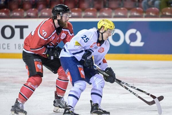 Chris Egli (vpravo) a Jornon Southorn v zápase 5. kola G-skupiny hokejovej Ligy majstrov HC'05 iClinic Banská Bystrica - HC Ambri-Piotta - ilustračná fotografia.