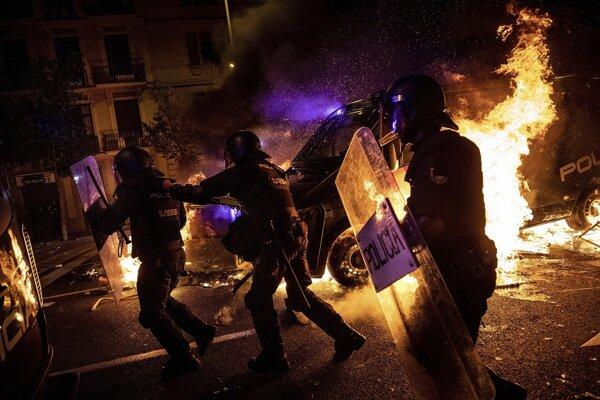 Nepokoje v Barcelone pokračovali aj tretiu noc.