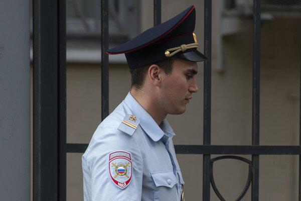 Známy ruský stand-up komik ušiel z krajiny pred stíhaním polície