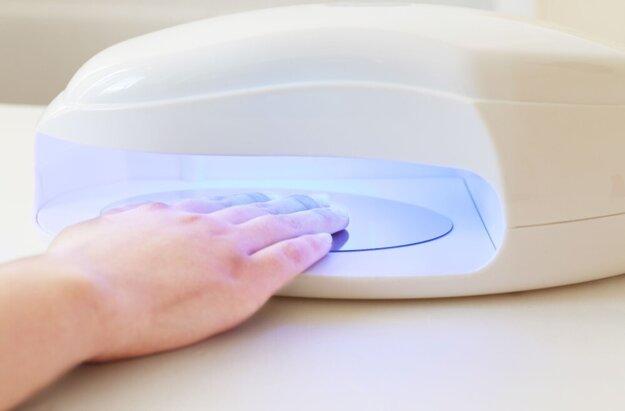 Po nanesení gélu na všetky nechty vložíme prst po prste do UV lampy asi na dve minúty a proces opakujeme aj s druhou rukou.