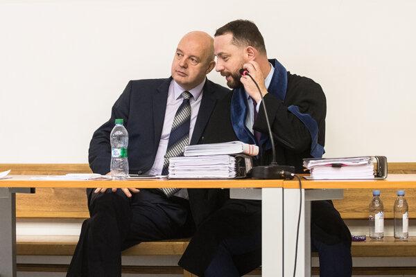 Pavol Rusko s obhajcom Marekom Marom na súde, v posledných týždňoch sa však na pojednávaniach nezúčastňoval