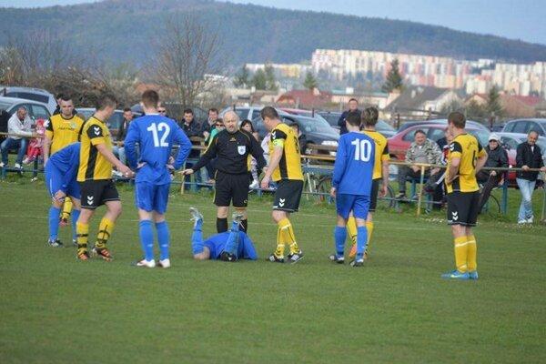 Bierovčania (v modrom) síce s Dolnou Súčou prehrávali,  no napokon body zostali doma.