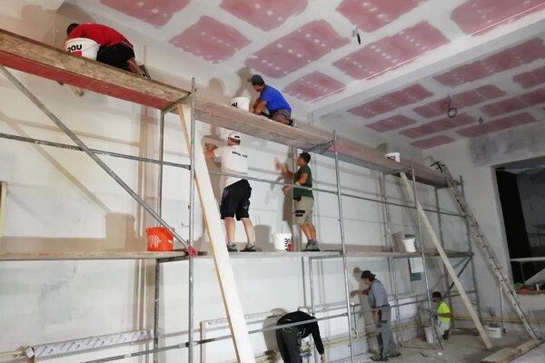 Do rekonštrukčných prác sa zapojili aj miestni obyvatelia.
