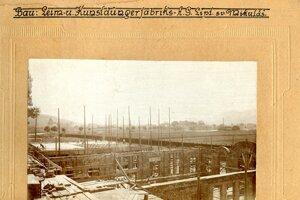 Fotografia pochádza z výstavby fabriky okolo roku 1920.
