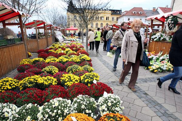 Na dušičkových trhoch v posledných rokoch prevládajú prírodné materiály a živé kvety. Vyzývajú k tomu aj rôzne ekologické organizácie: Neničme prostredie plastmi a umelými kvetmi.