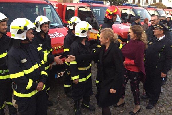 Odovzdávanie vozidiel dobrovoľným hasičom v Prešove.