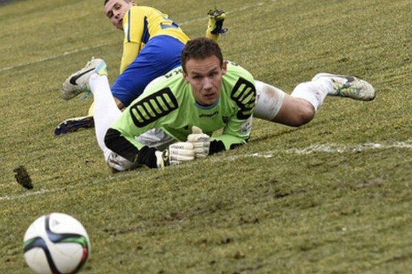 Brankár Peter Solnička ťahal loptu zo siete dva razy.