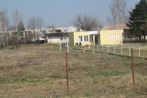 Bývalé ihrisko je v súčasnosti sídlom bezdomovcov.
