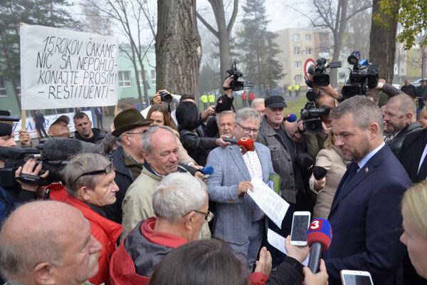 Na premiéra si počkali aj reštituenti z Javoriny.