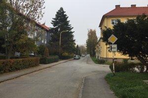 Pokojná ulica blízko centra mesta.