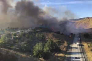 Lesný požiar ohrozuje tisíce ľudí.