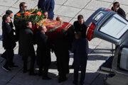 Prevoz ostatkov španielskeho diktátora.