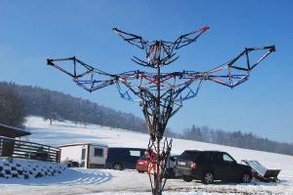 Obrovská socha je vytvorená z rámov bicyklov