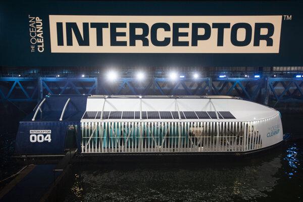 Zariadenie Interceptor zbiera plastový odpad z riek.