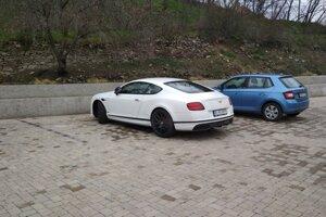 Bentley Mariana Kočnera mesiac po vražde pred hotelom Zlatý Kľúčik v Nitre.