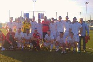 Futbalisti Spišskej Belej si nenechali ujsť príležitosť po zápase sa odfotiť so Stanom Šestákom.