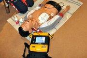 Výhodou defibrilátora je, že je prenosný.