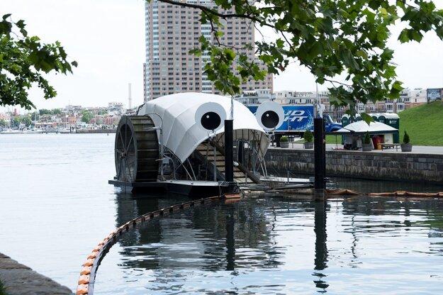 Lapač riečnych odpadkov Mr. Trash Wheel v meste Baltimore funguje od roku 2014. Predtým v menšom rozmere od roku 2008.