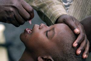 Očkovanie orálnou vakcínou v Zambii.