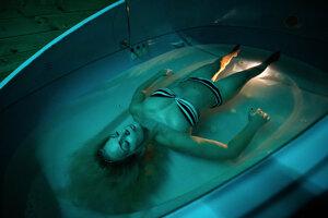 Float tank je nádoba s vodou, v ktorej je rozpustených 350 kilogramov Epsomskej soli.