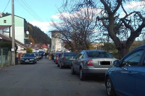 Počas podujatí sú auta všade.