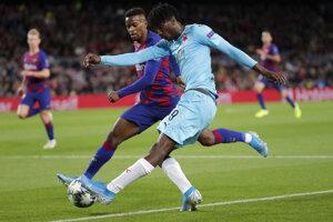 Peter Olayinka (vpravo) a Nelson Semedo v zápase Ligy majstrov 2019/2020 FC Barcelona - Slavia Praha.