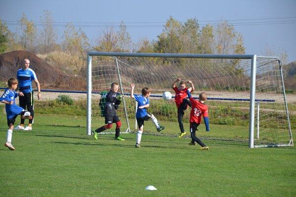 Víťazný tím Dubnica modrí v súboji s Púchovom.