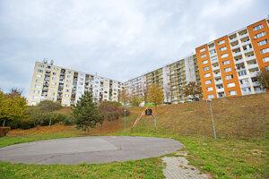 Približne v týchto miestach sídliska Hliny by mal vyrásť prvý parkovací dom v Trnave. V pozadí činžiaky na Saleziánskej.