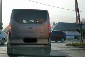 Autá často zastavujú na priecestí, aby dali prednosť autám na hlavnej ceste. tak dochádza k nebezpečným situáciám.