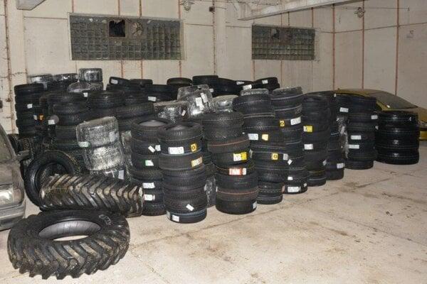 Muži obchodovali s pneumatikami dovezenými zo zahraničia.