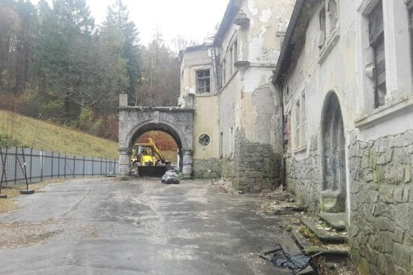 Vyčistené okolie zámku Kunerad.