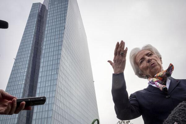 Nová šéfka Európskej centrálnej banky (ECB) Christine Lagardeová pred sídlom ECB v nemeckom Frankfurte nad Mohanom.
